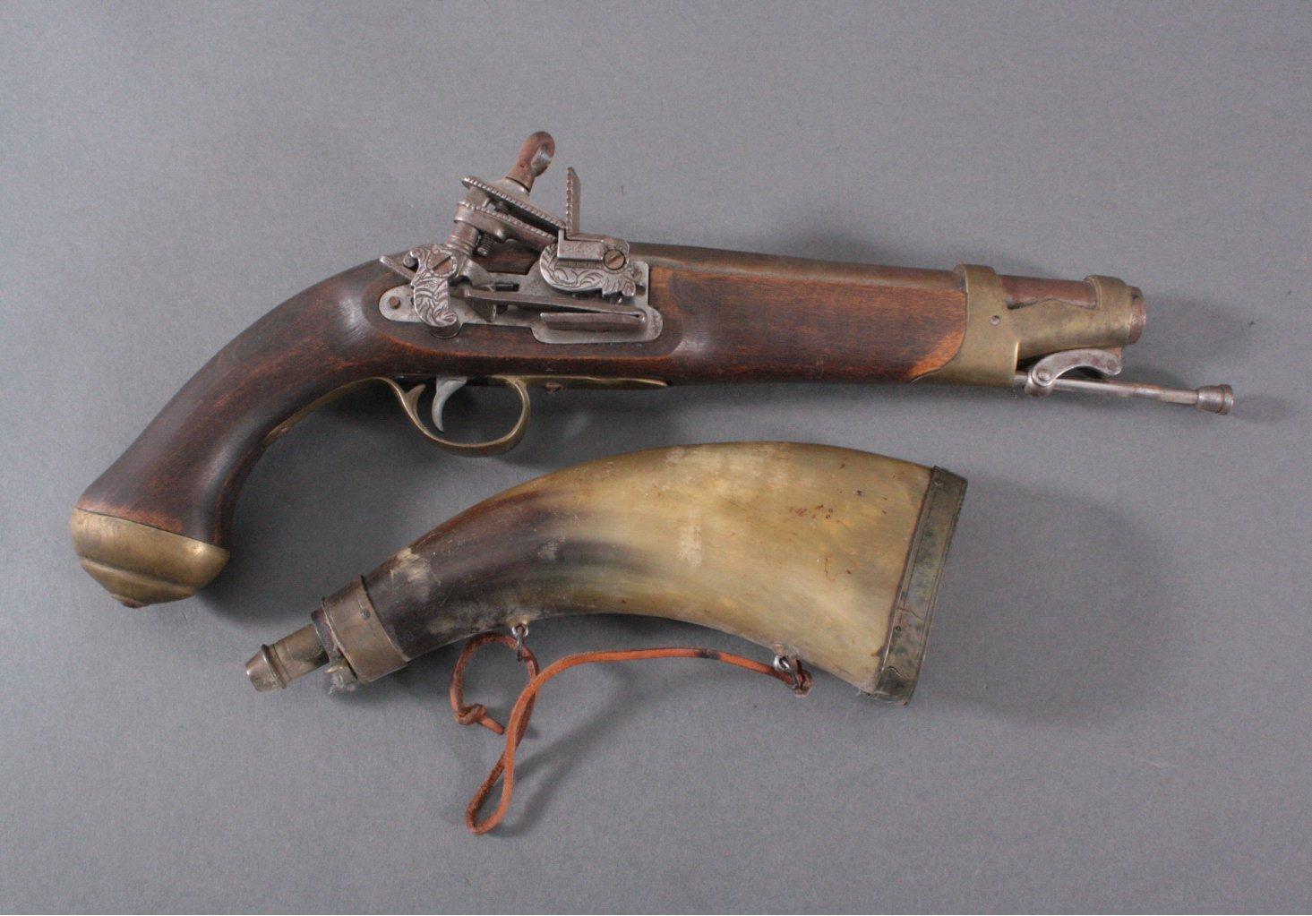 Steinschloßpistole mit Pulverhorn