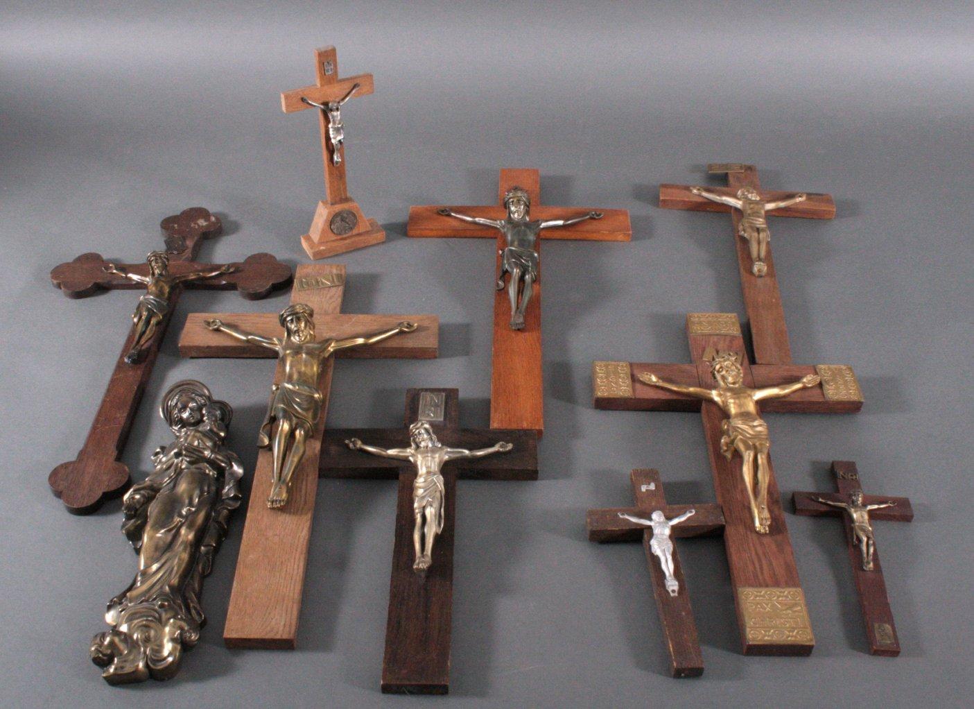 Konvolut Kruzifixe und eine Madonna