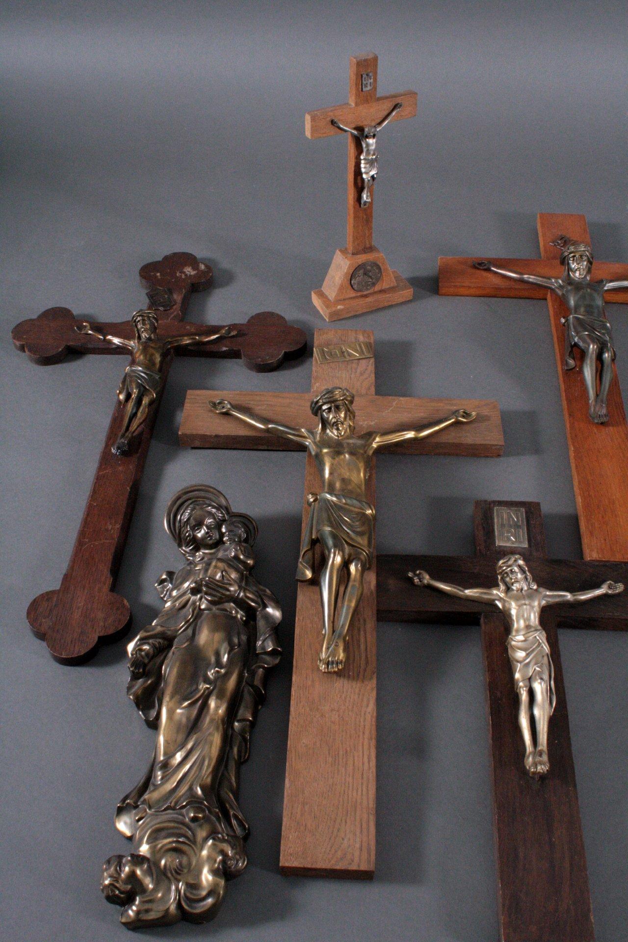 Konvolut Kruzifixe und eine Madonna-1