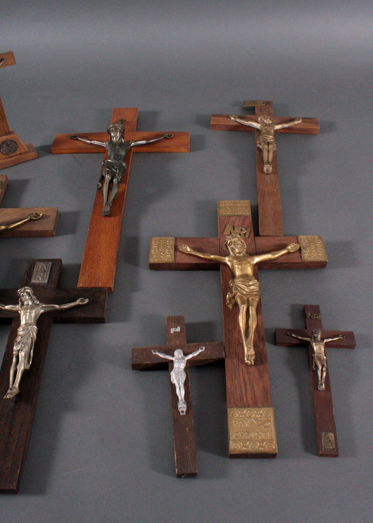 Konvolut Kruzifixe und eine Madonna-2