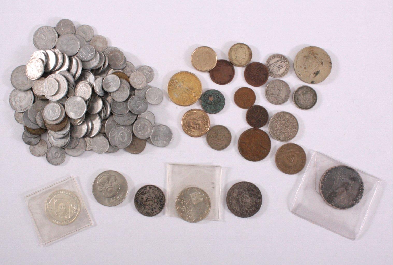 Verschiedene Münzen und Medaillen, dabei 20 Euro und Silber