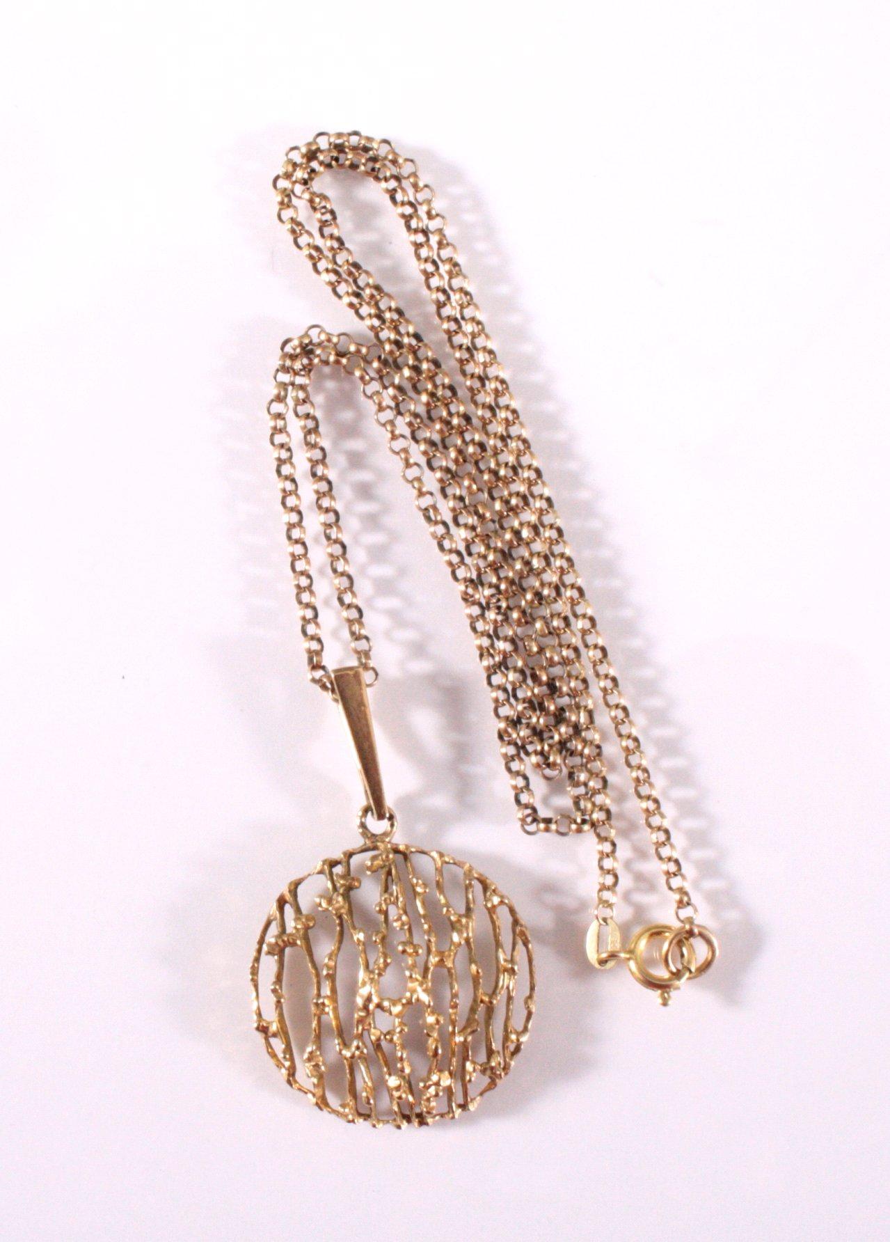 Halskette mit rundem, durchbrochen gearbeiteten Anhänger