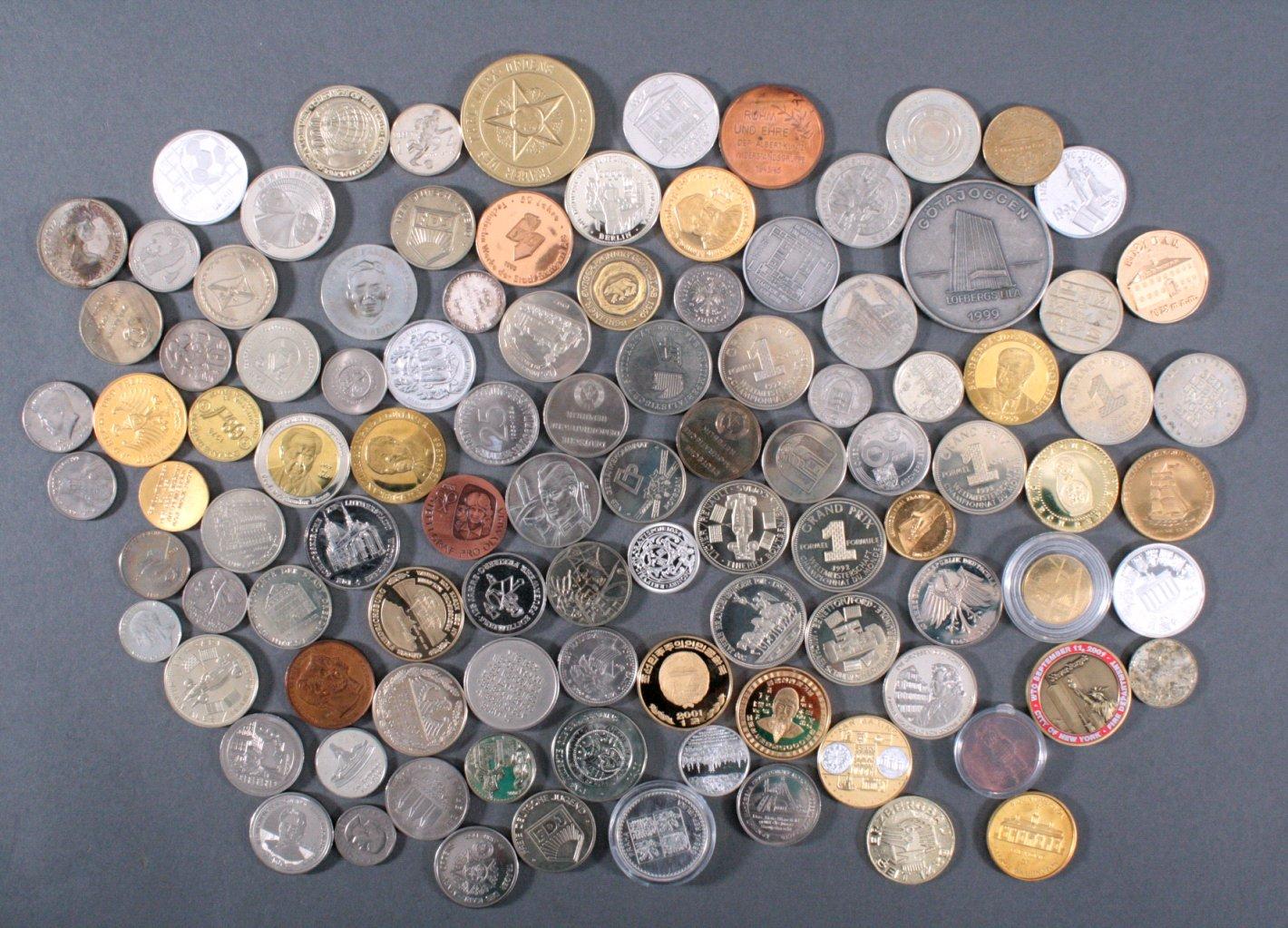 100 Medaillen und Münzen