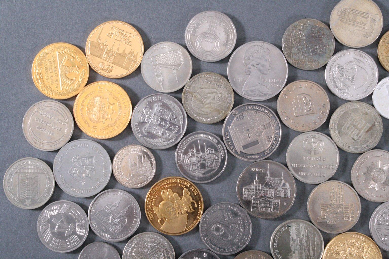 100 Medaillen und Münzen-1