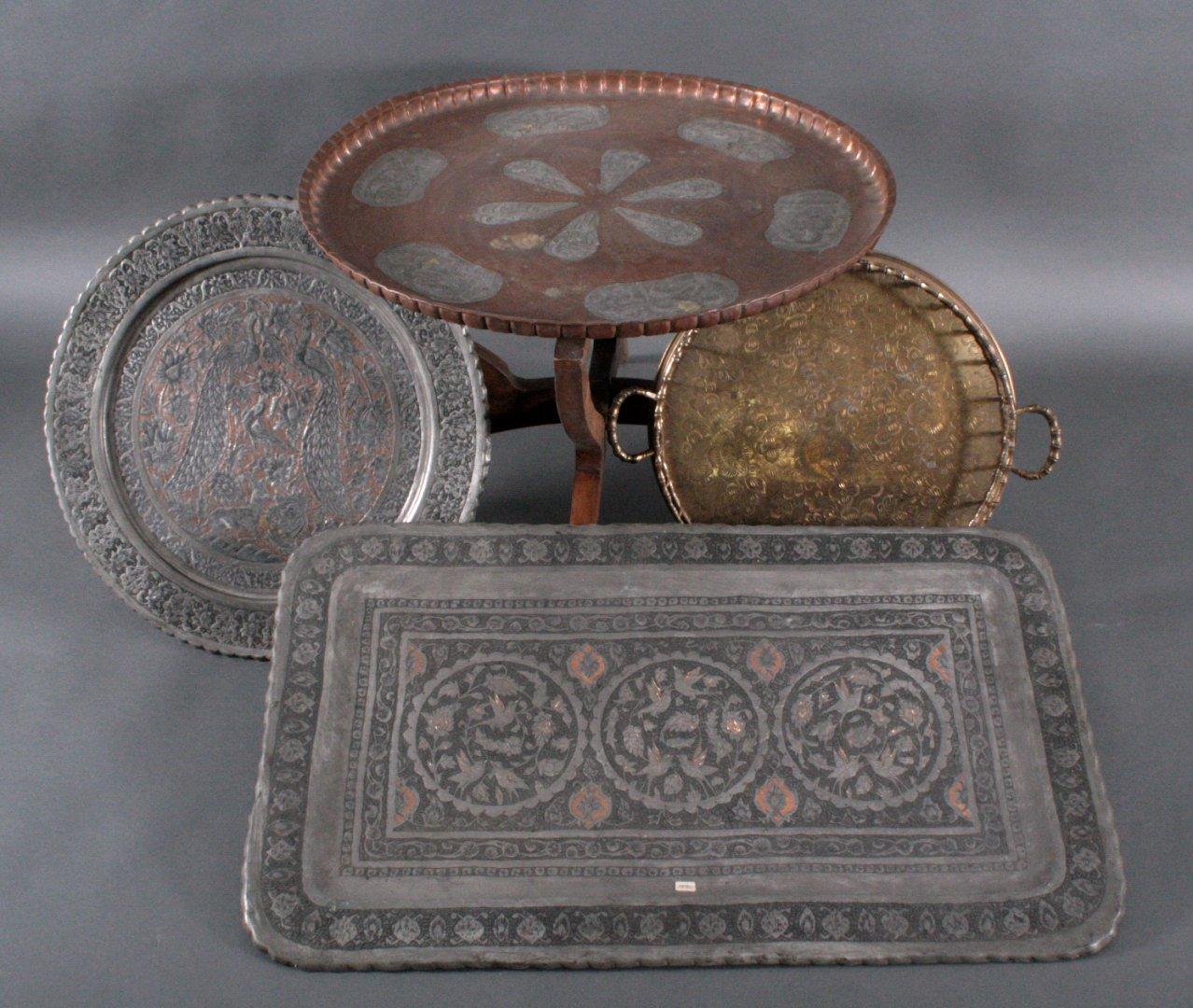 Drei Tabletts und ein Tisch
