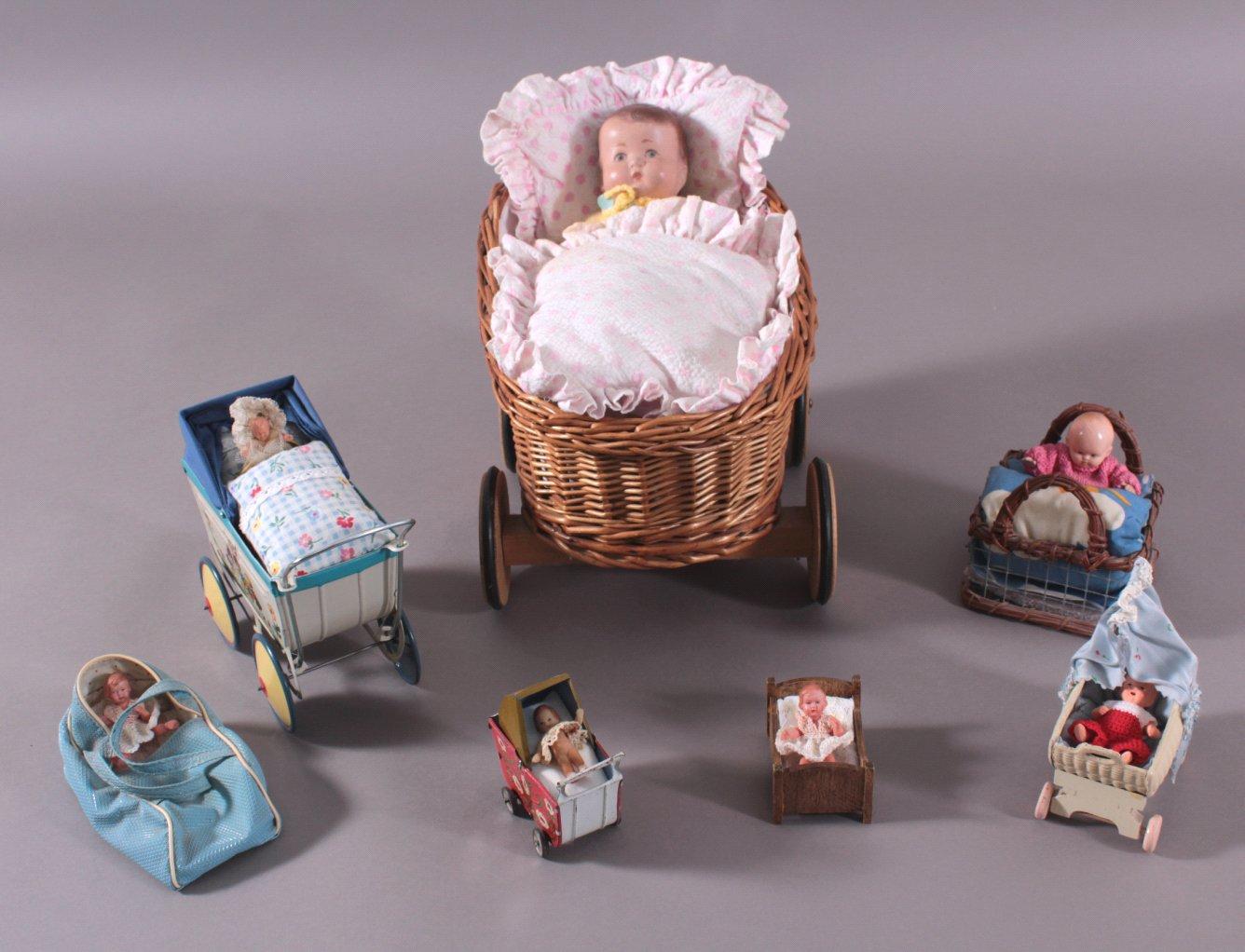 7 Puppen in Puppenwagen