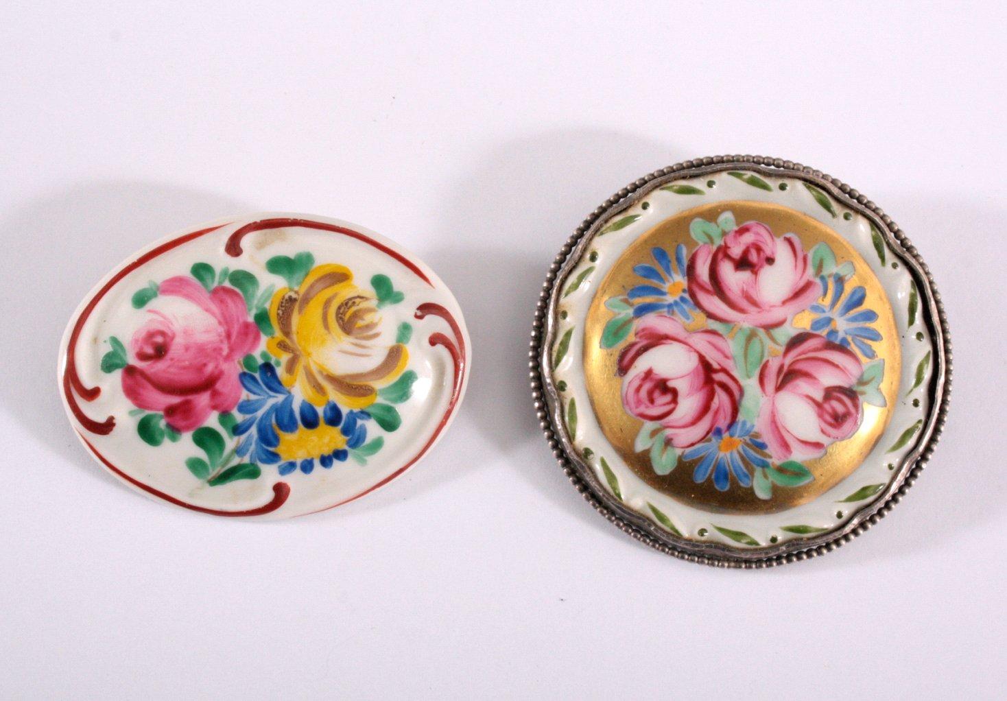 2 Porzellan-Broschen mit polychromer Blumenbemalung