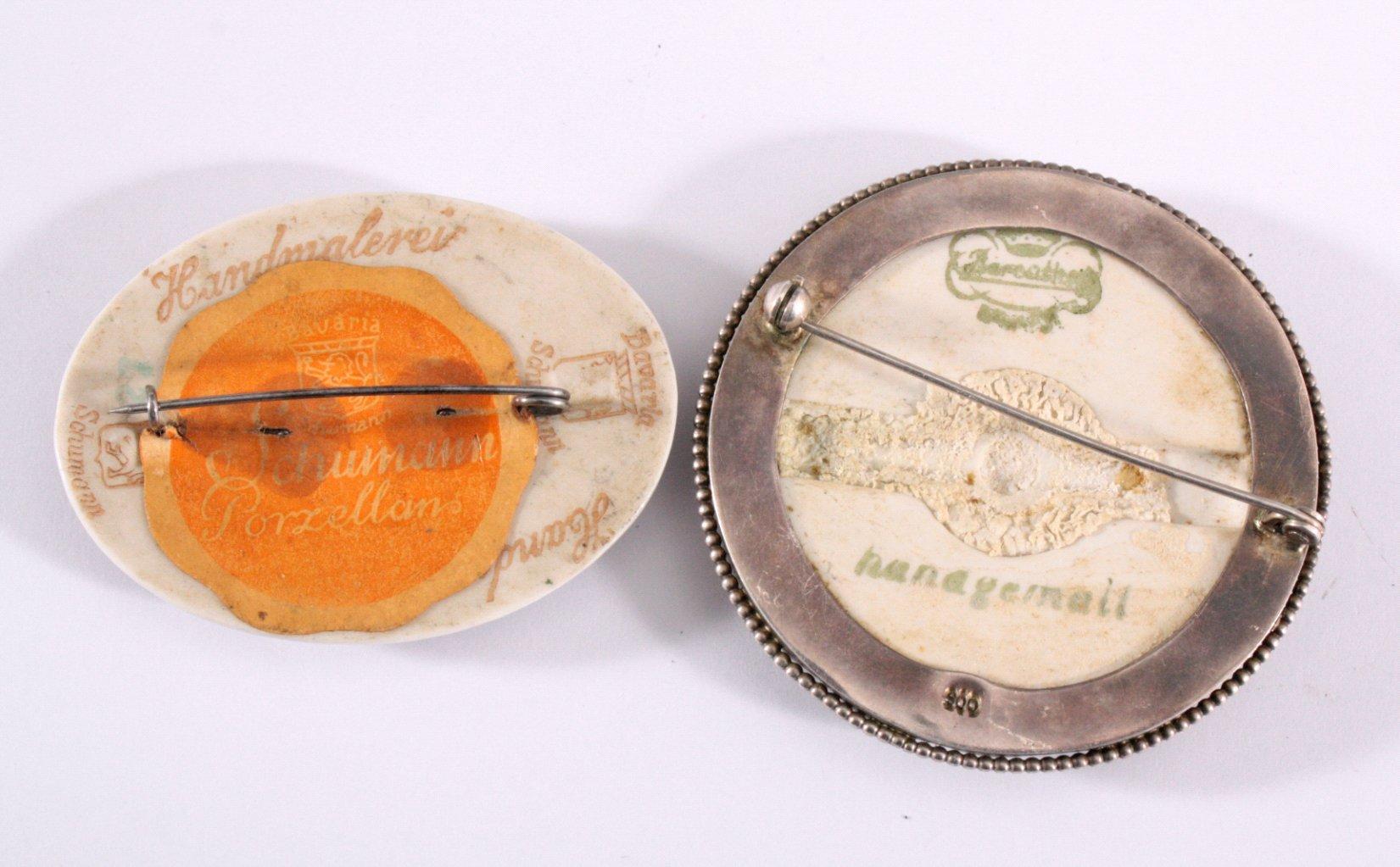 2 Porzellan-Broschen mit polychromer Blumenbemalung-1