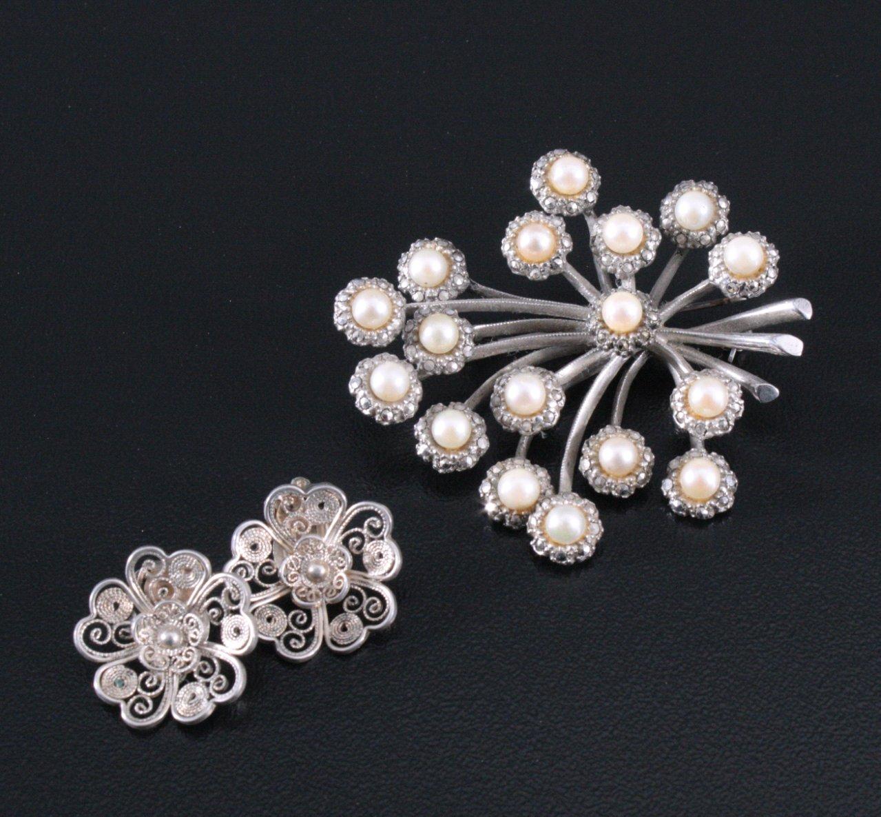 Brosche und Ohrringe aus Silber