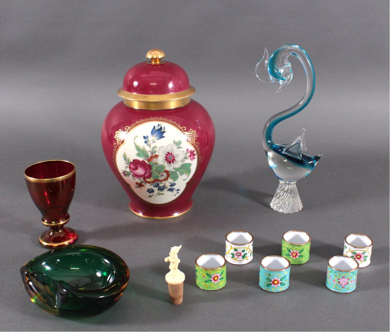 Dekorationsgegenstände aus Glas und Porzellan. 11-Teile