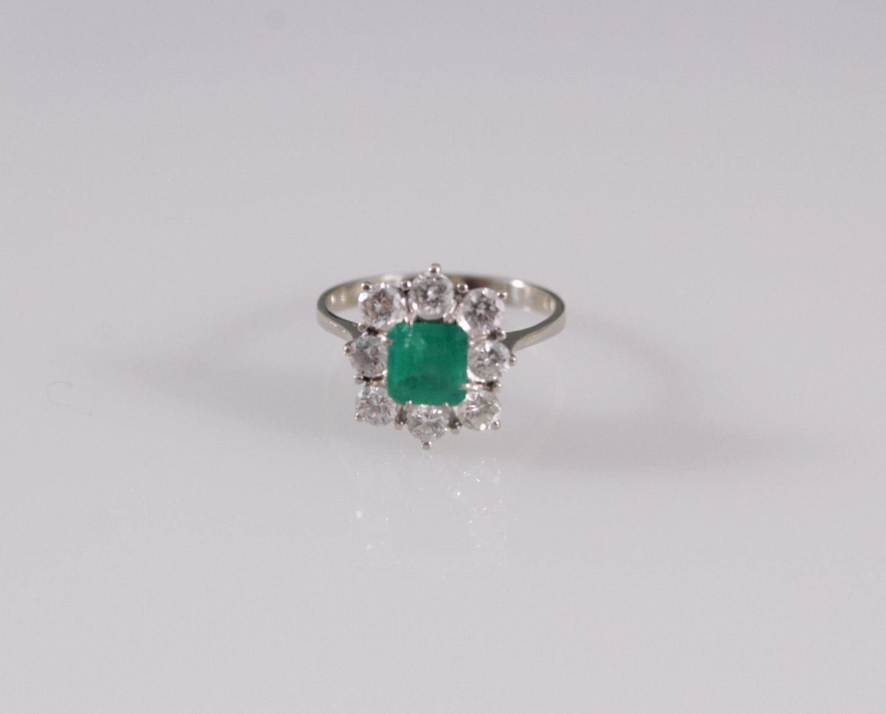 Damenring mit Smaragd und 8 Brillanten