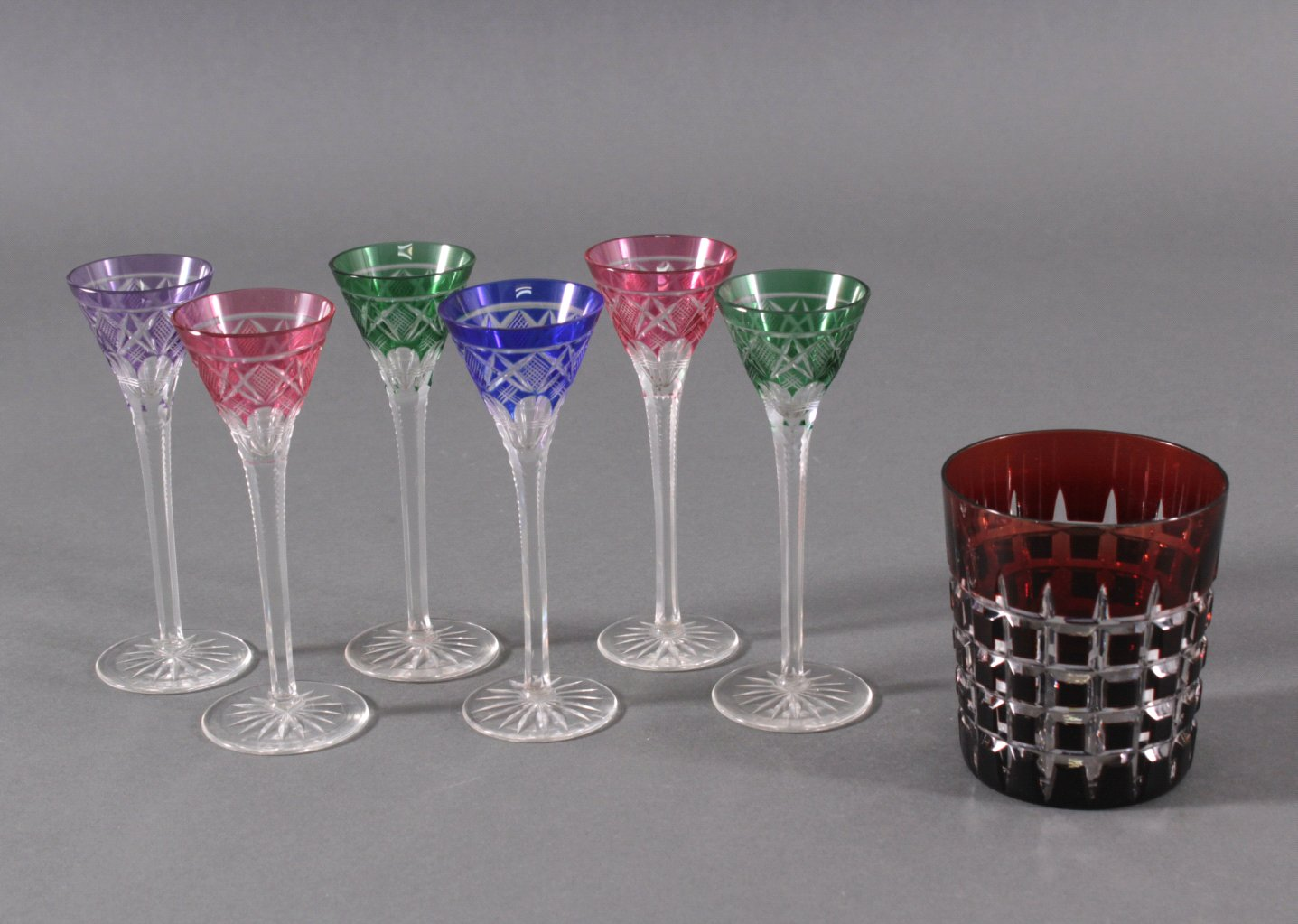 6 kleine Likörgläser und 1 Glas