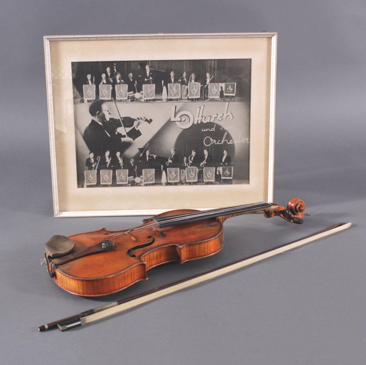 Geige mit Geigenbogen und Foto