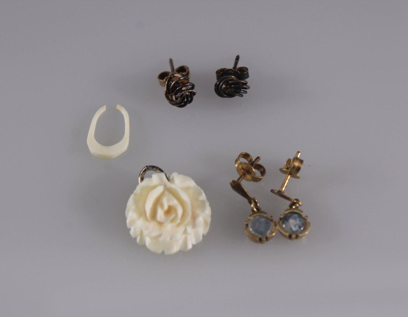 2 Paar antike Ohrstecker und Elfenbeinanhänger
