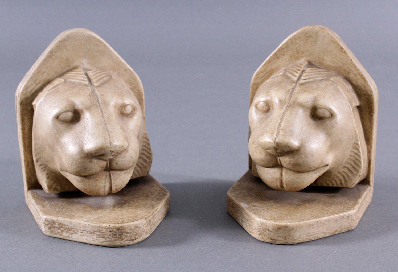 Paar Buchstützen in Form von Löwenköpfen aus Marmor