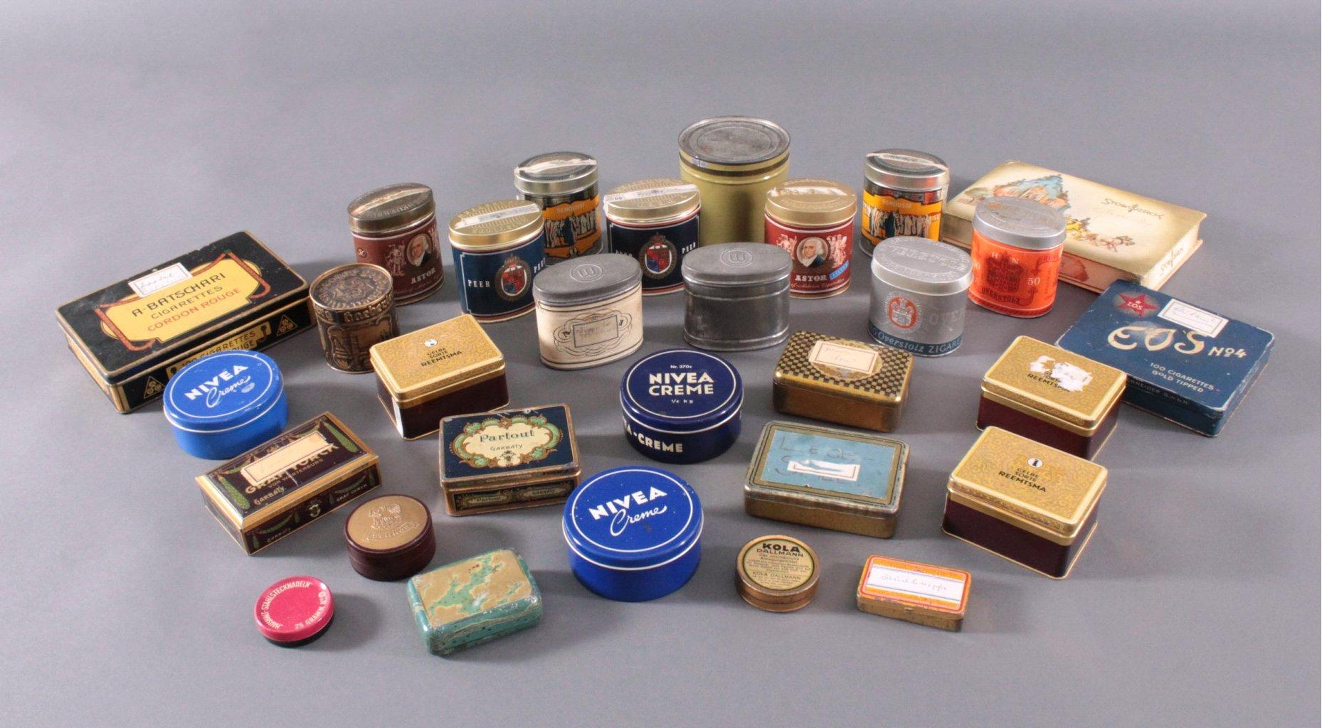 Sammlung Blechdosen und Pappschachteln