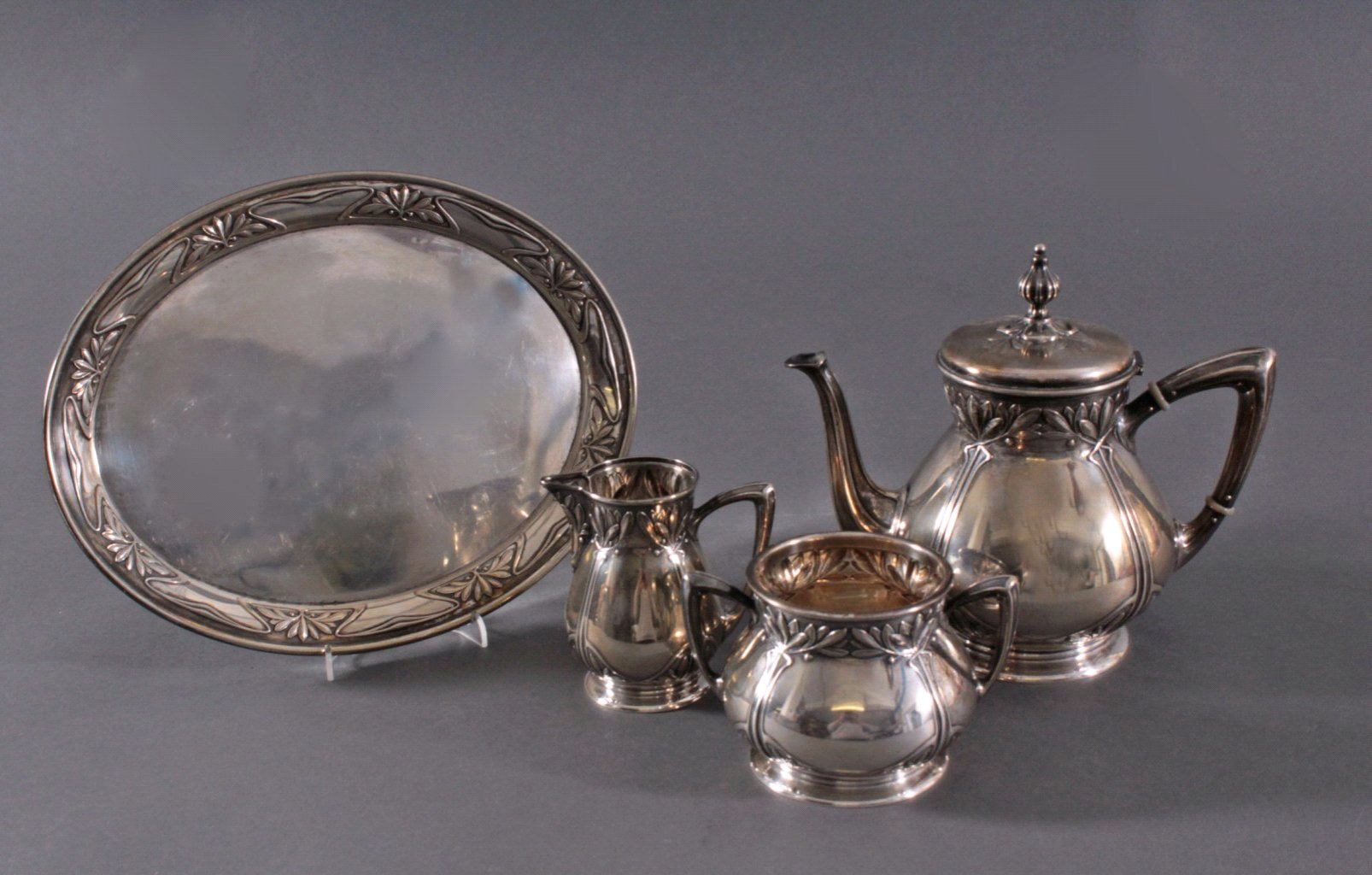 Silberner Kaffeekern auf Tablett, Jugendstil