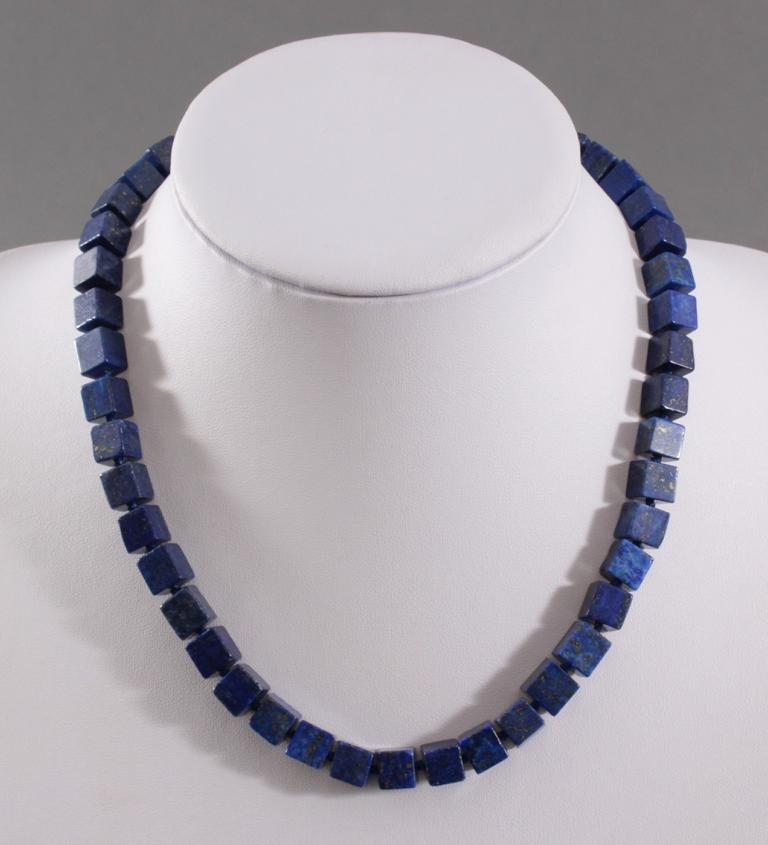 Halskette mit Lapislazuli-Steinen