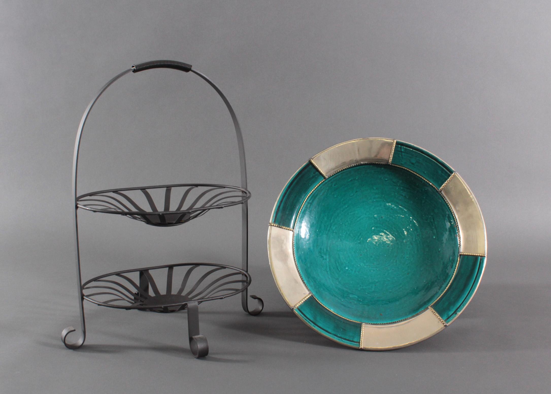 Zwei Dekorationsgegenstände. Keramikschale und Etagere