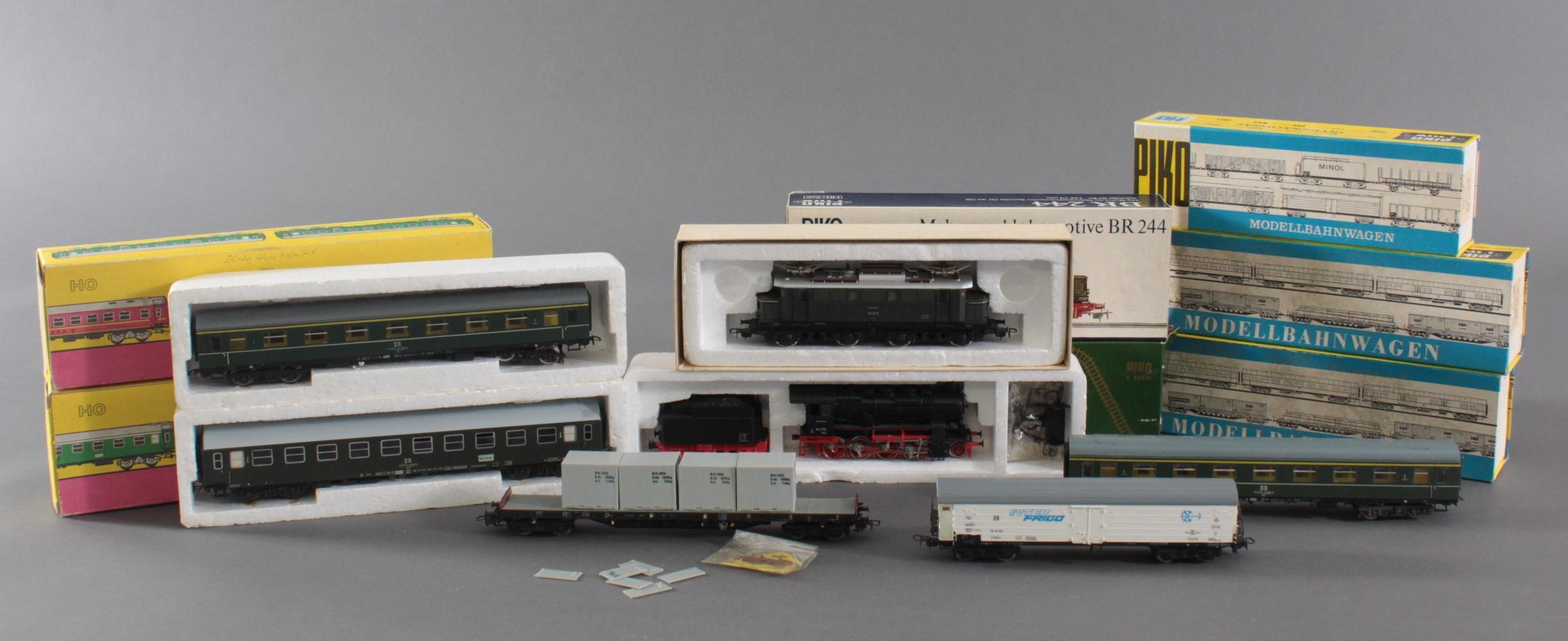 2 Piko Lokomotiven mit 2 VEB und 3 Piko Waggons Spur H0