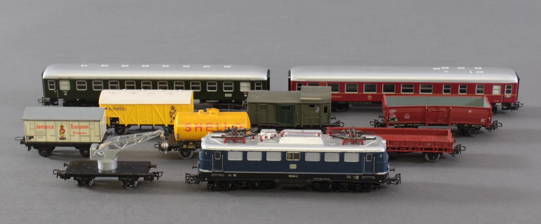 Märklin E-Lok 110 234-2 mit 7 Gütter und 2 Personenwaggons, Spur H0