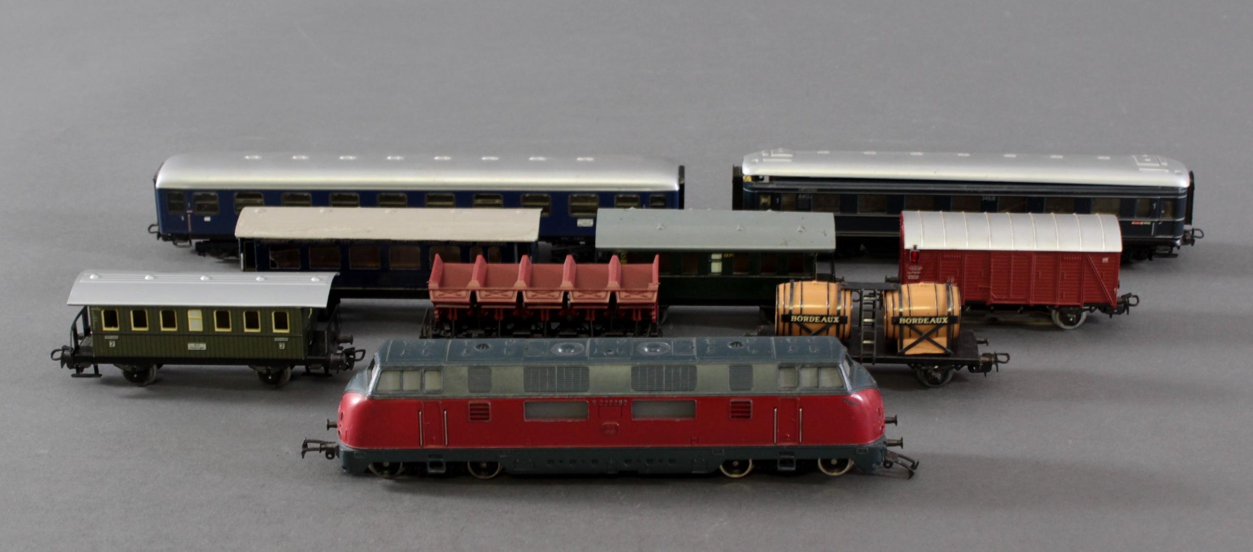 Märklin E-Lok V 200060 mit 3 Güter- und 5 Personenwaggons, Spur H0