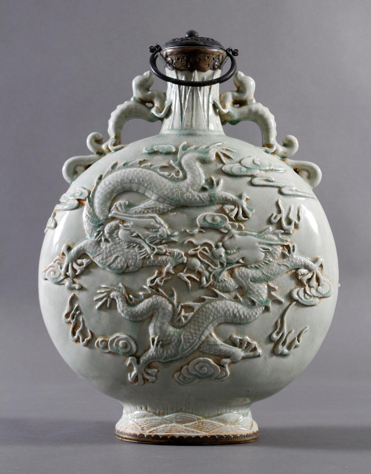 Große seladonfarbene Mondflasche, China, 1. Hälfte 20. Jahrhundert