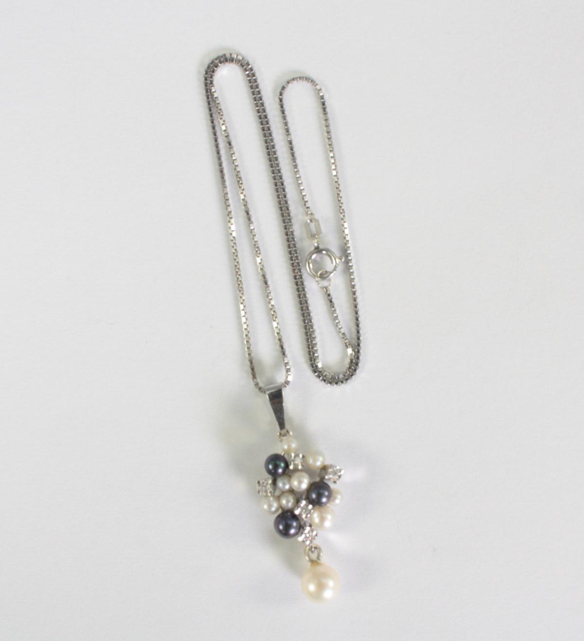 Halskette mit Diamanten- und Perlenanhänger, 14 Karat Weißgold