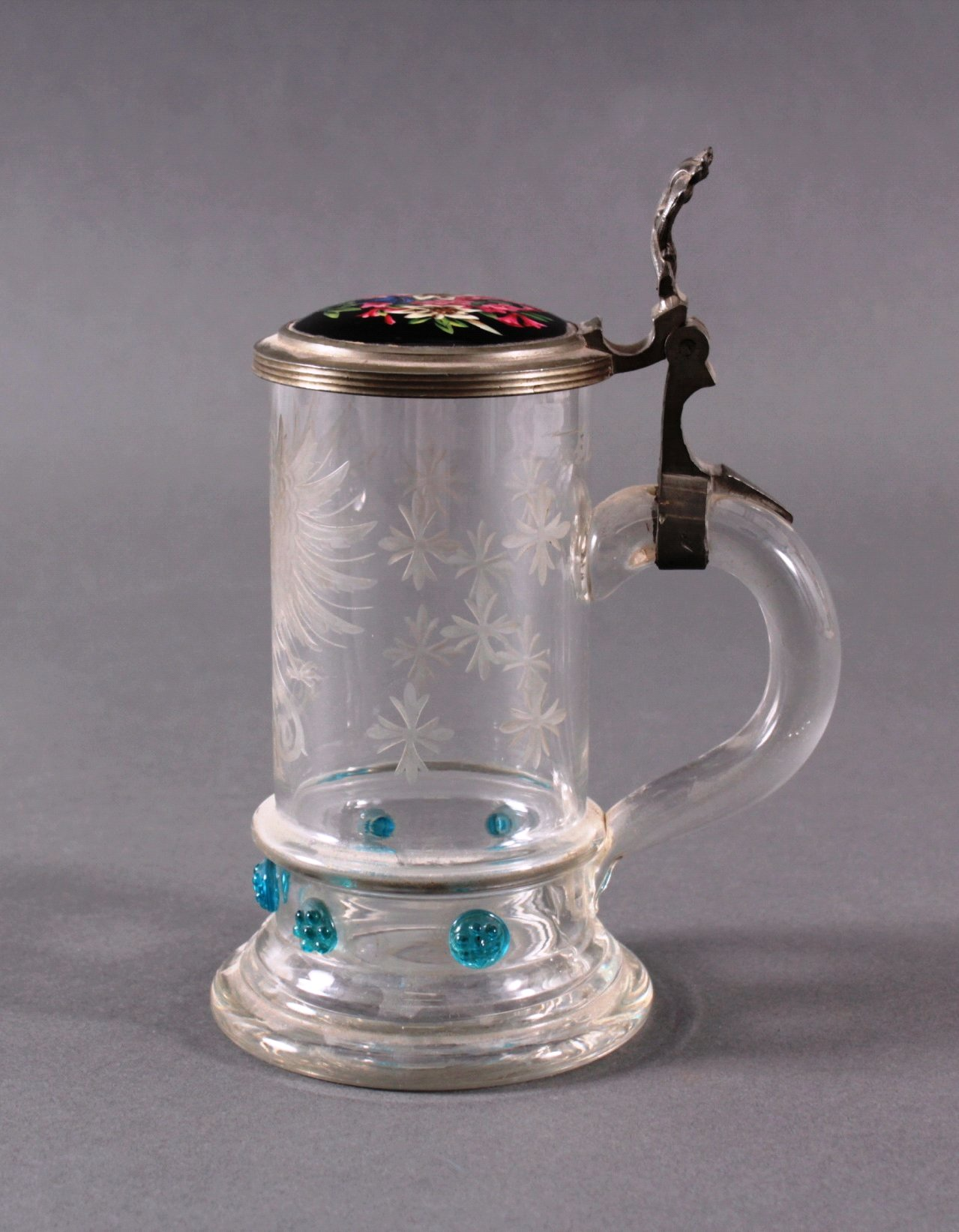 Heraldischer Glaskrug mit Zinndeckel