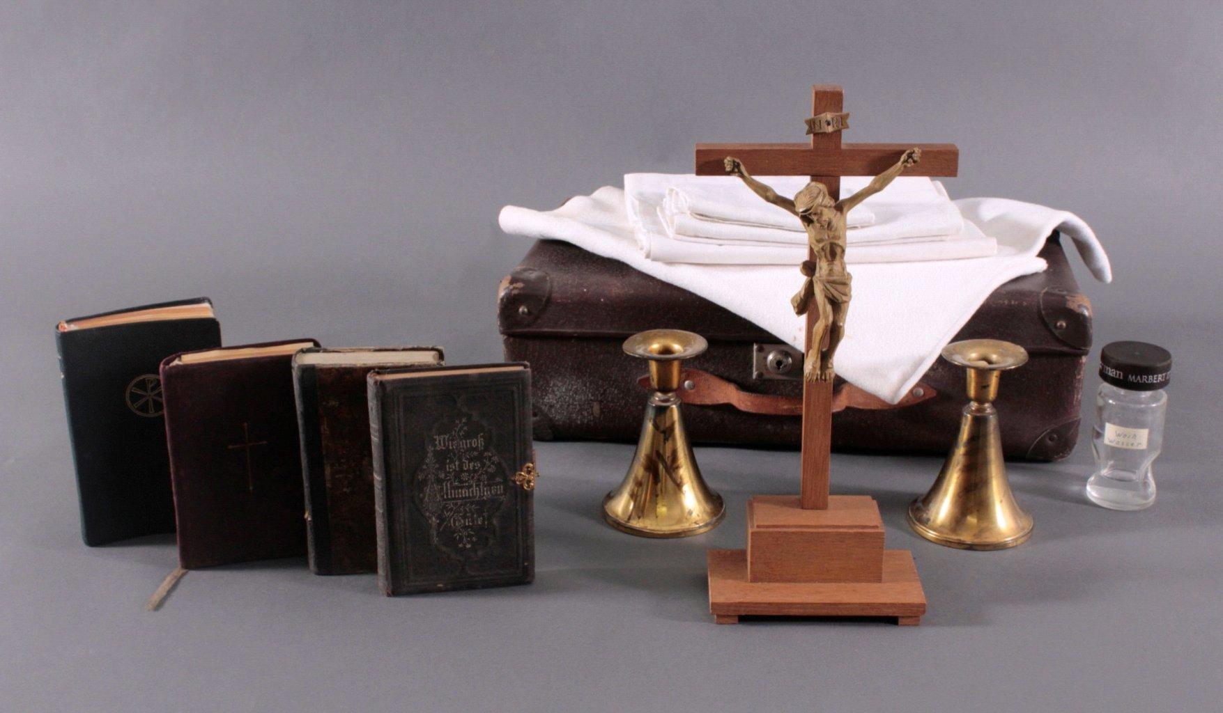 Lederkoffer mit sakralen Objekten-1
