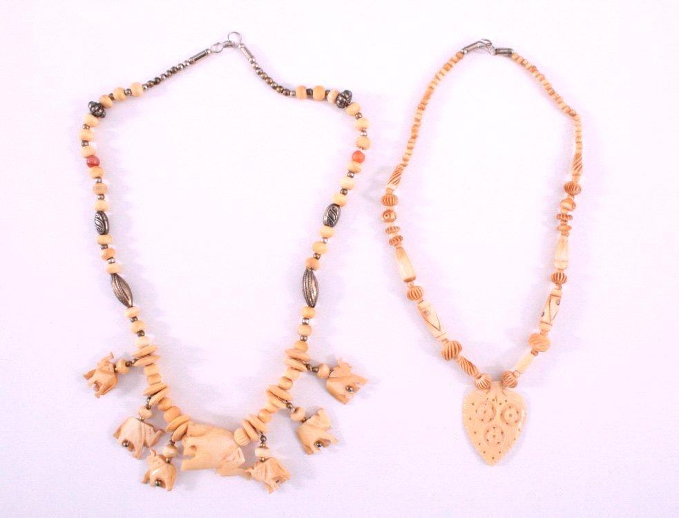 2 Halsketten aus Neusilber und Schnitzereien aus Bein