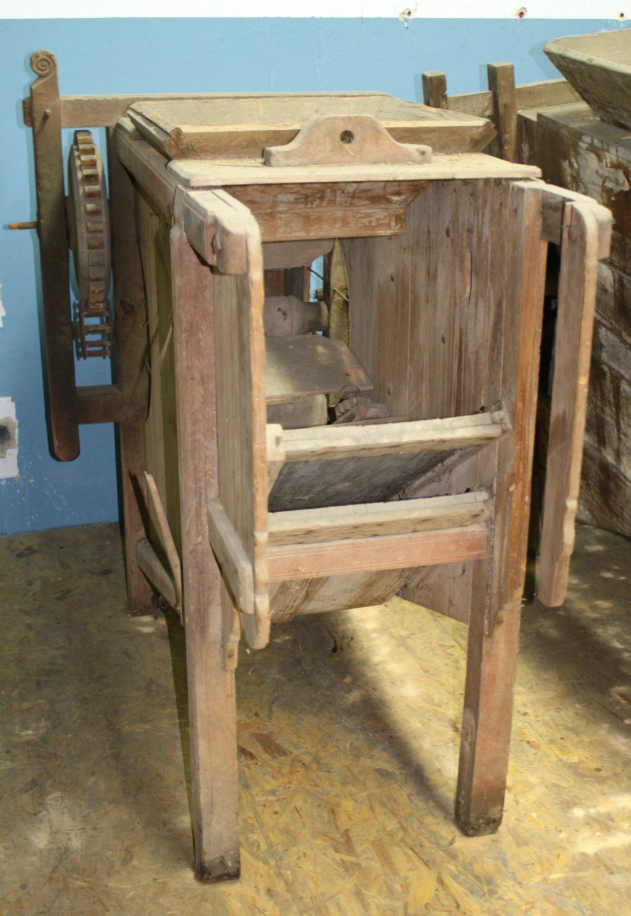 Dreschmaschine aus Holz