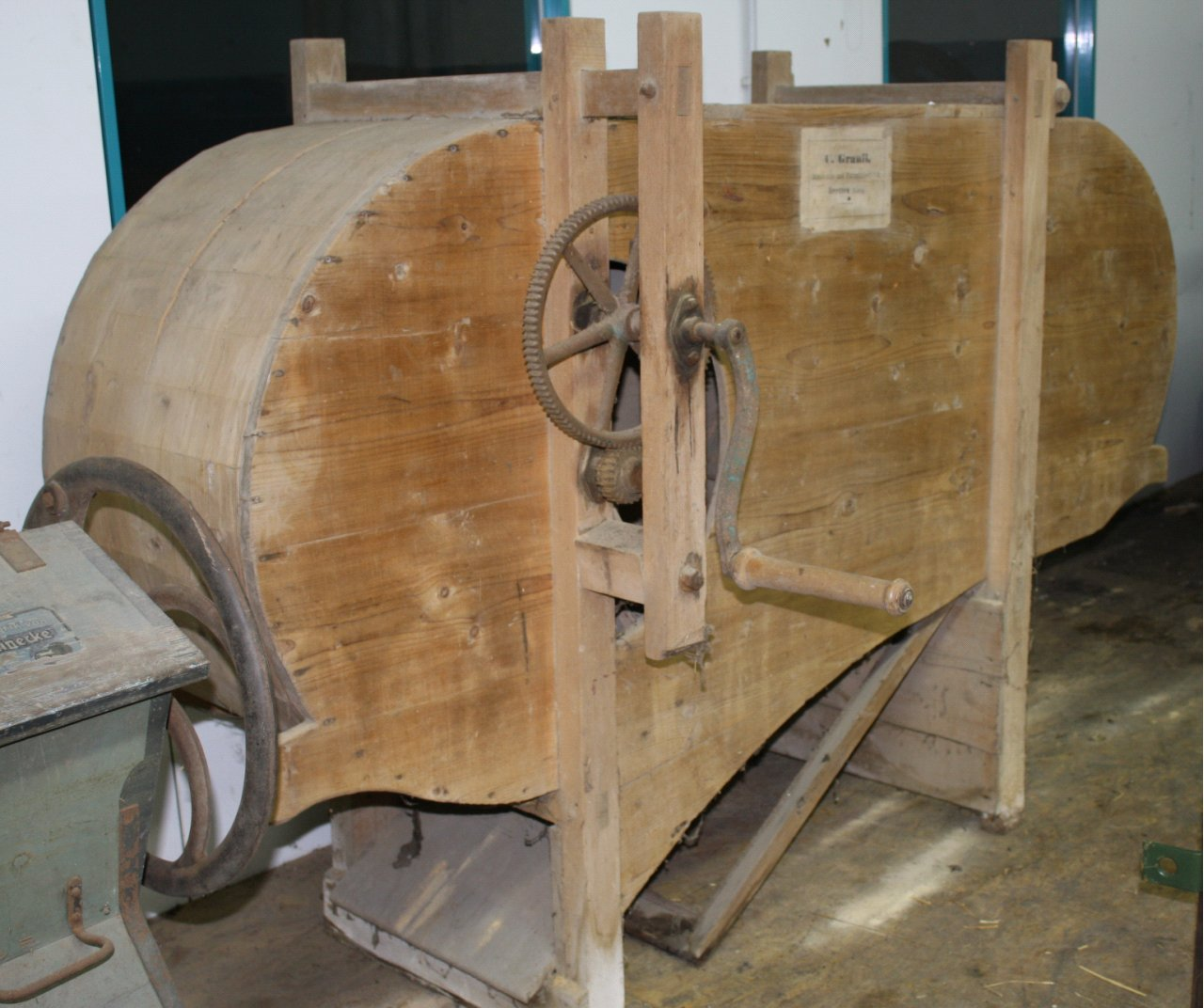Landwirtschaftliche Maschine mit Holzgestell-1