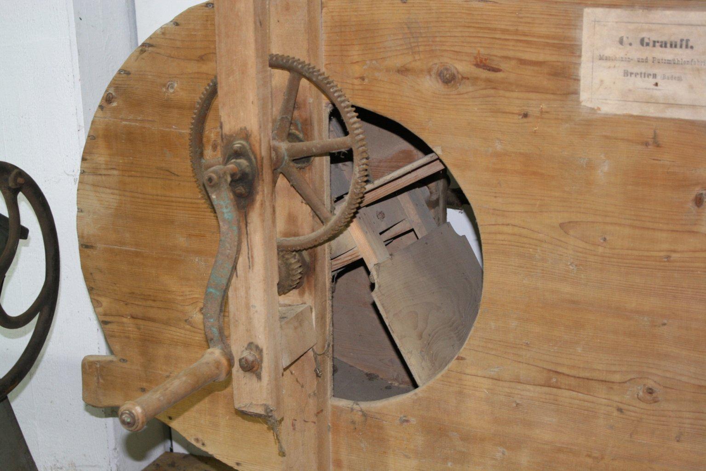 Landwirtschaftliche Maschine mit Holzgestell-2