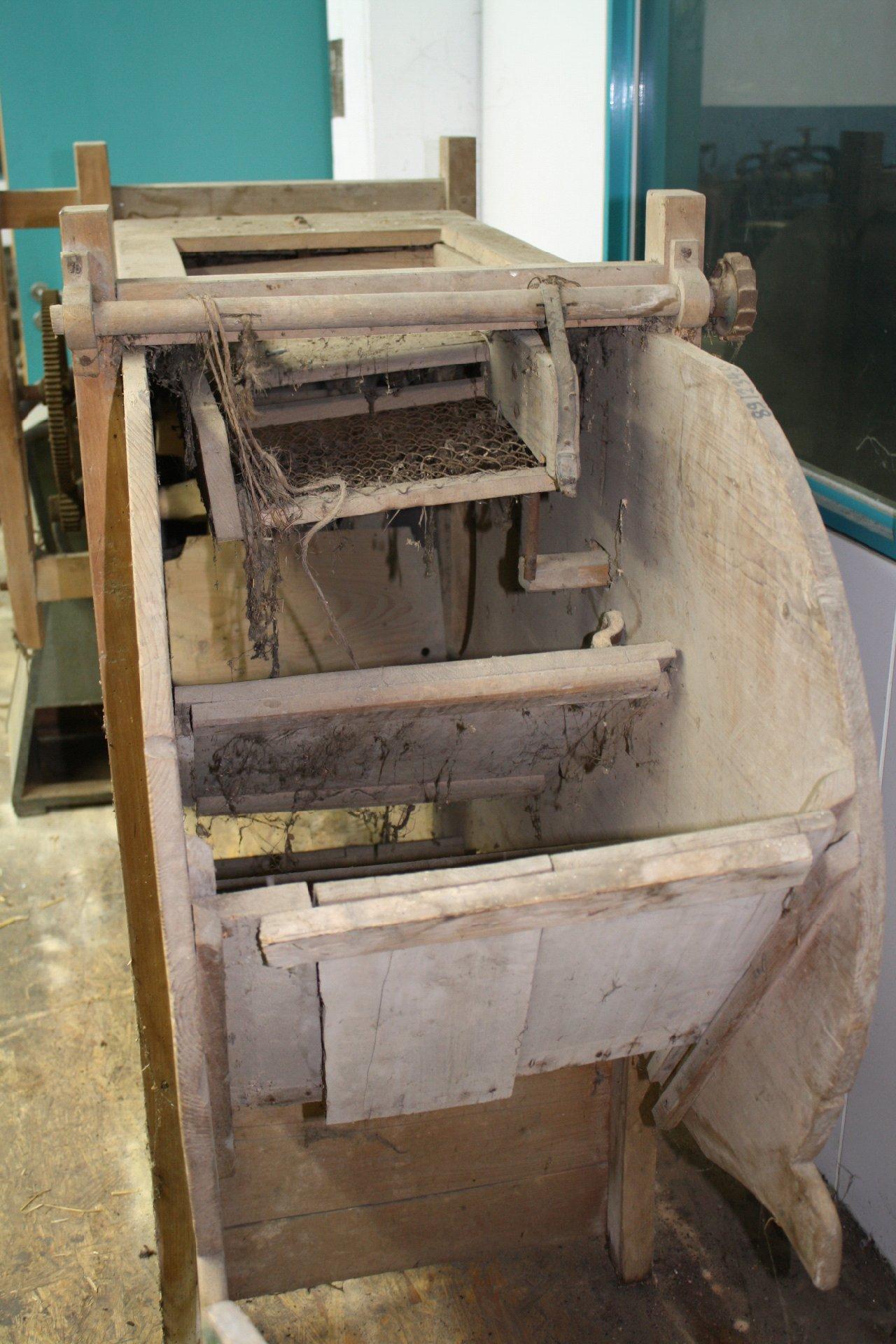Landwirtschaftliche Maschine mit Holzgestell-4