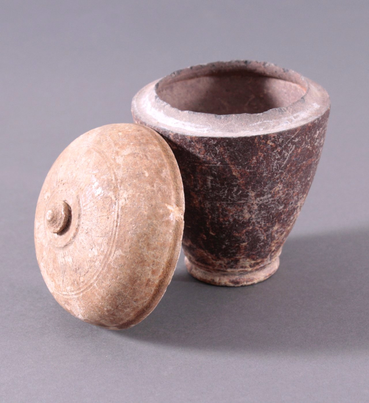Kleines Deckelgefäß, Angkor-Periode 12./13. Jh.-1