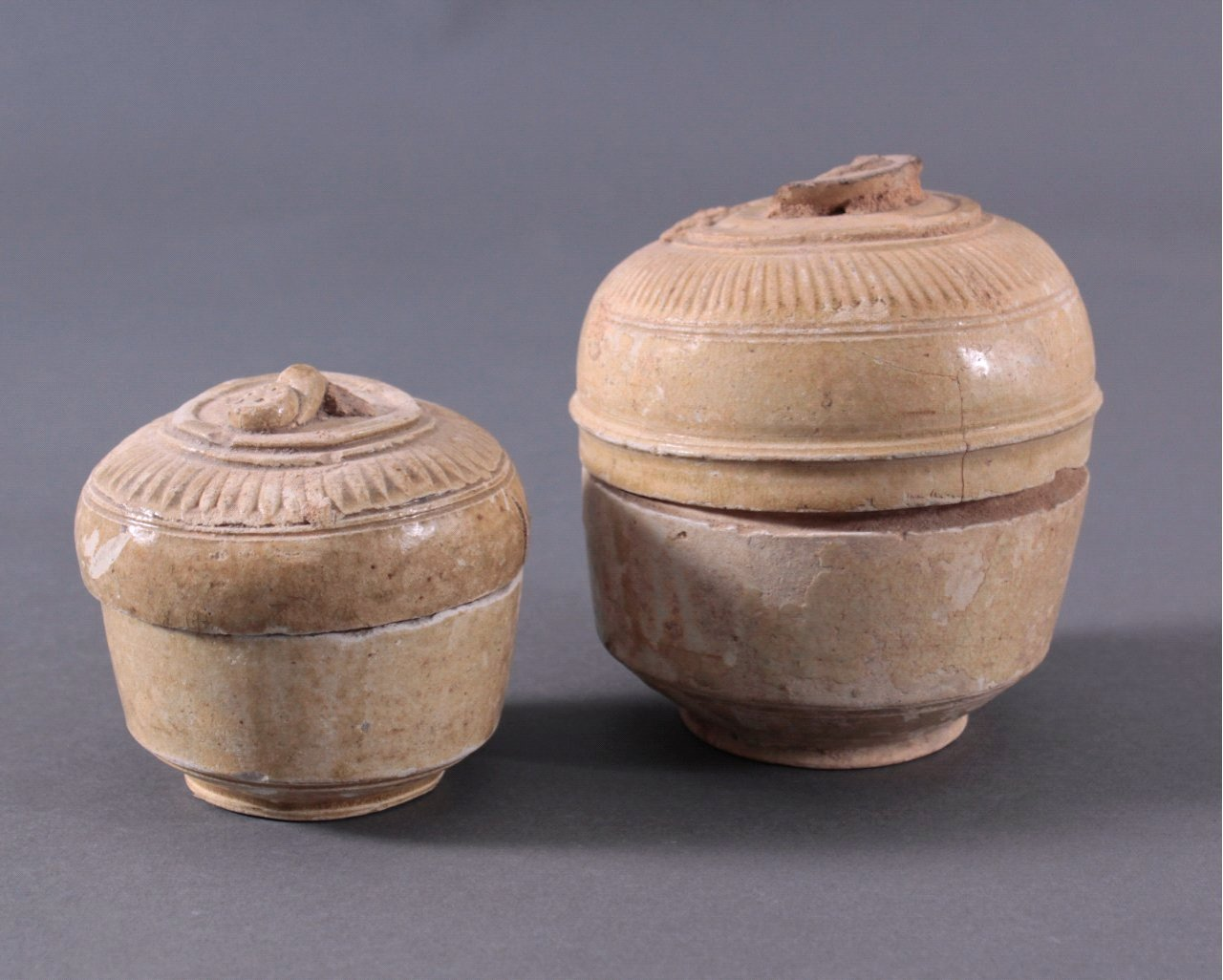 2 Deckelgefäße, Angkor-Periode 12./13. Jahrhundert