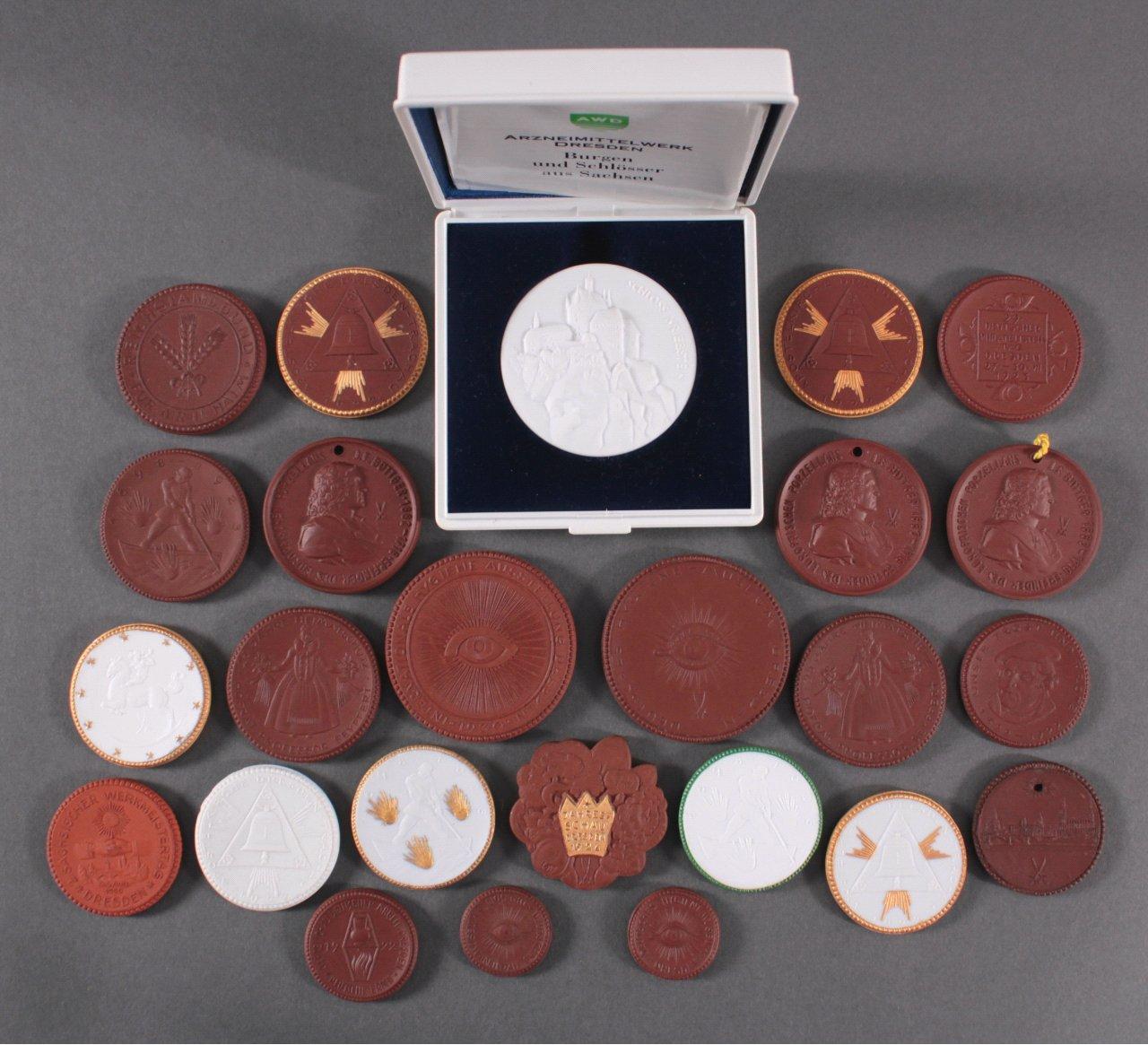 Konvolut Steinzeug und Porzellan Medaillen