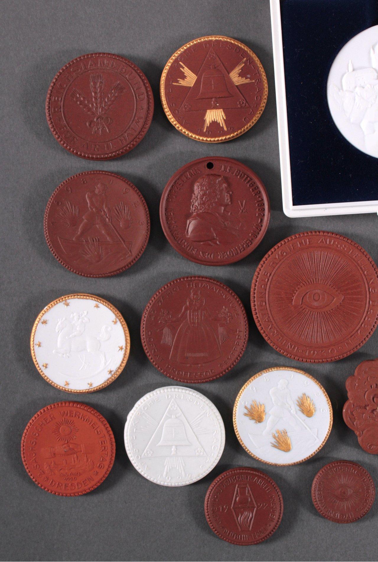 Konvolut Steinzeug und Porzellan Medaillen-1