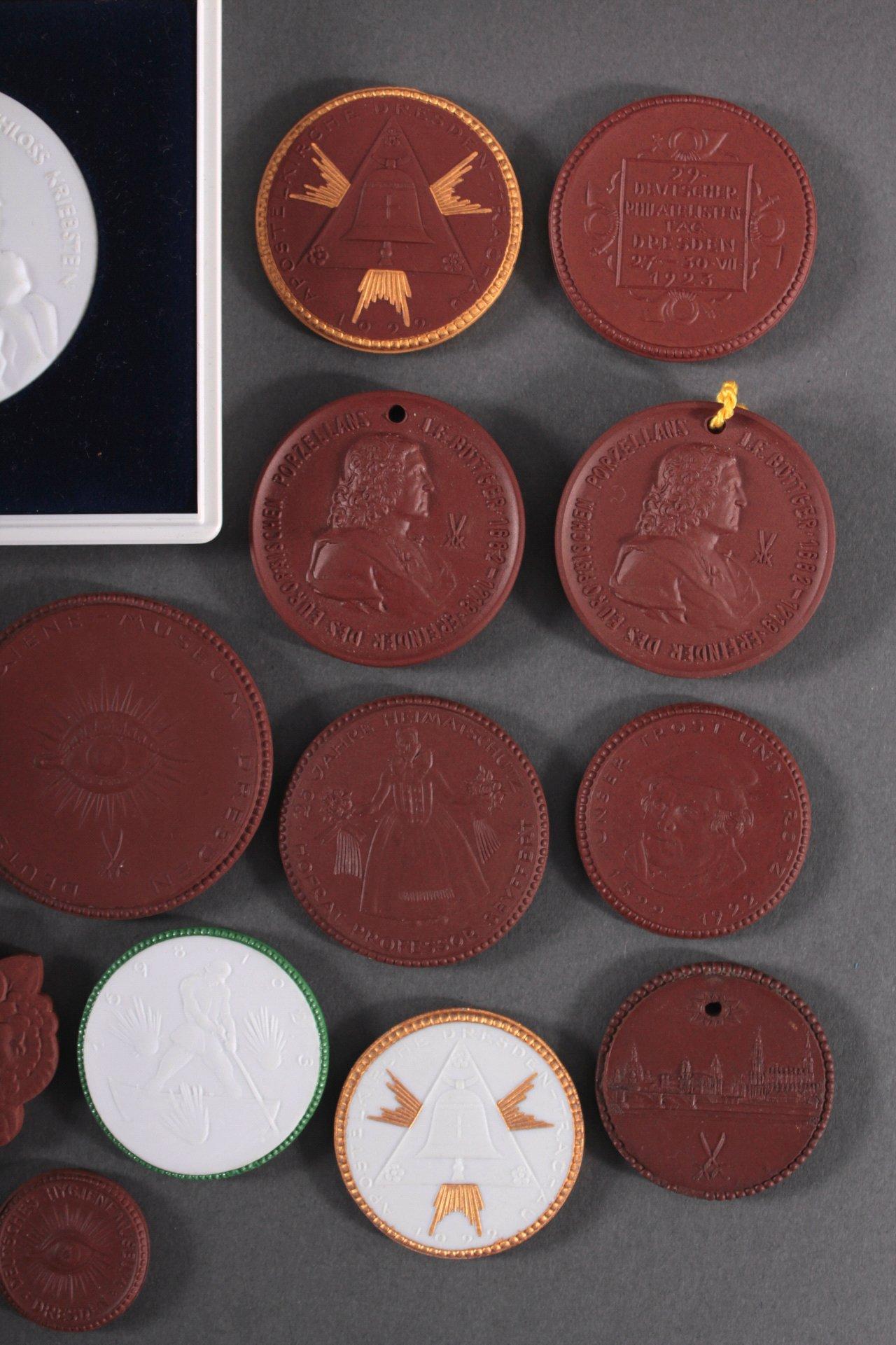 Konvolut Steinzeug und Porzellan Medaillen-2