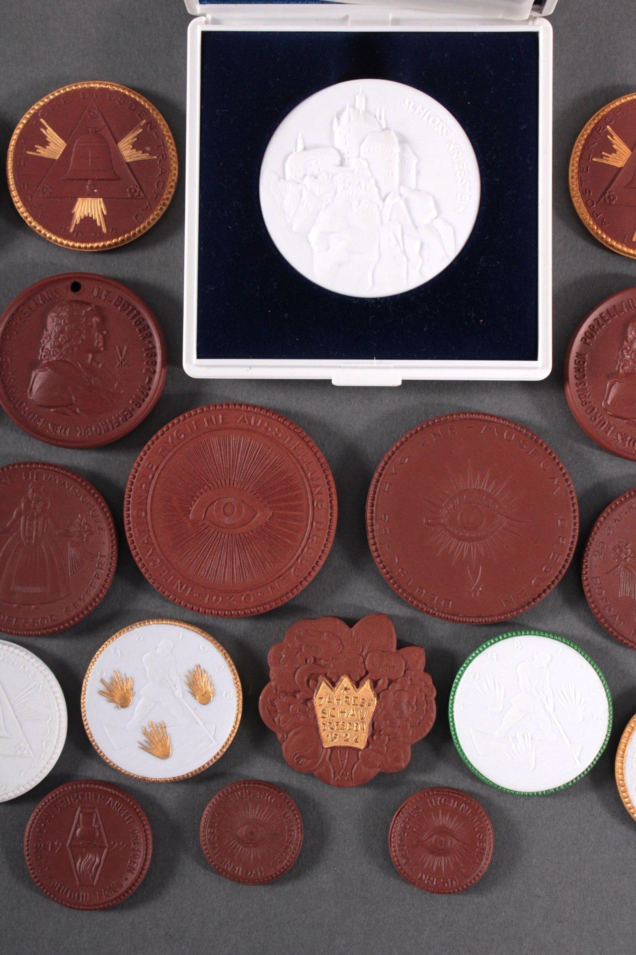 Konvolut Steinzeug und Porzellan Medaillen-3