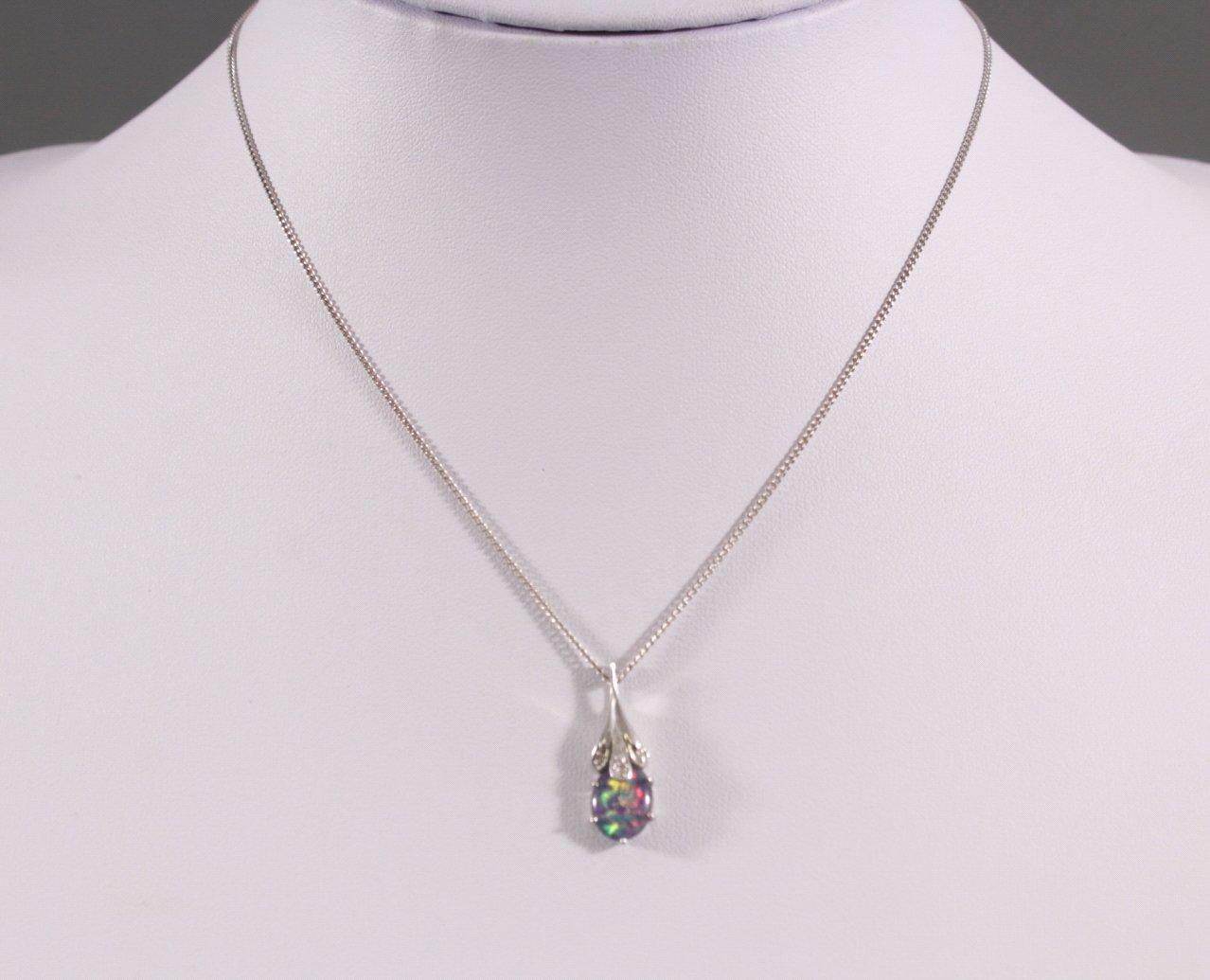 Halskette mit Opalanhänger und Diamanten