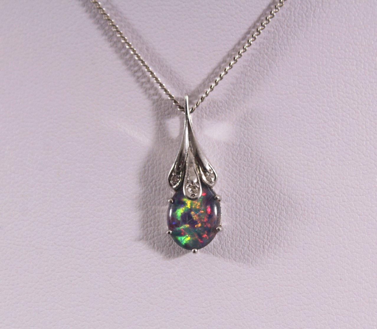 Halskette mit Opalanhänger und Diamanten-1