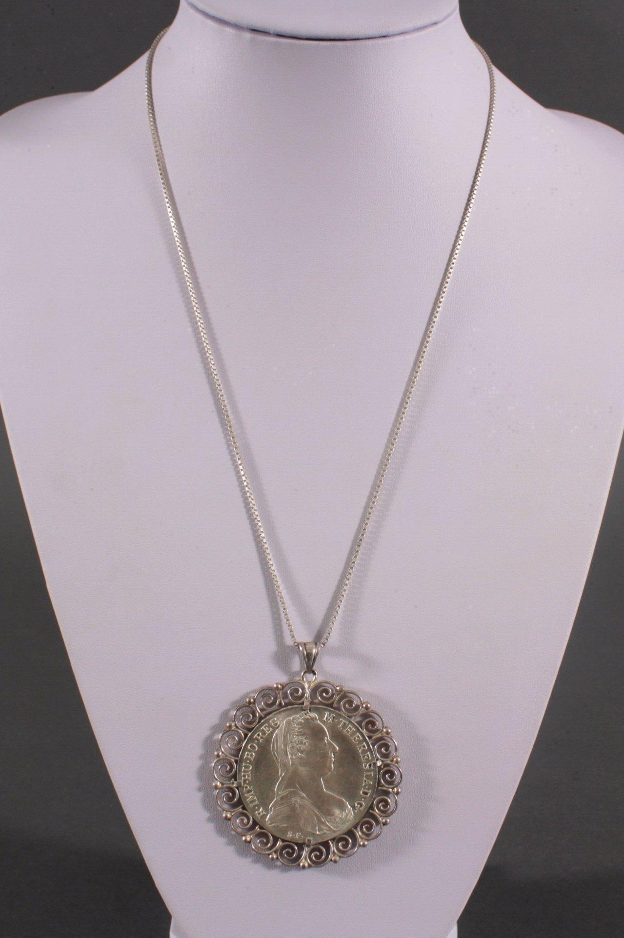 Silberkette mit gefasstem Theresientaler-Anhänger