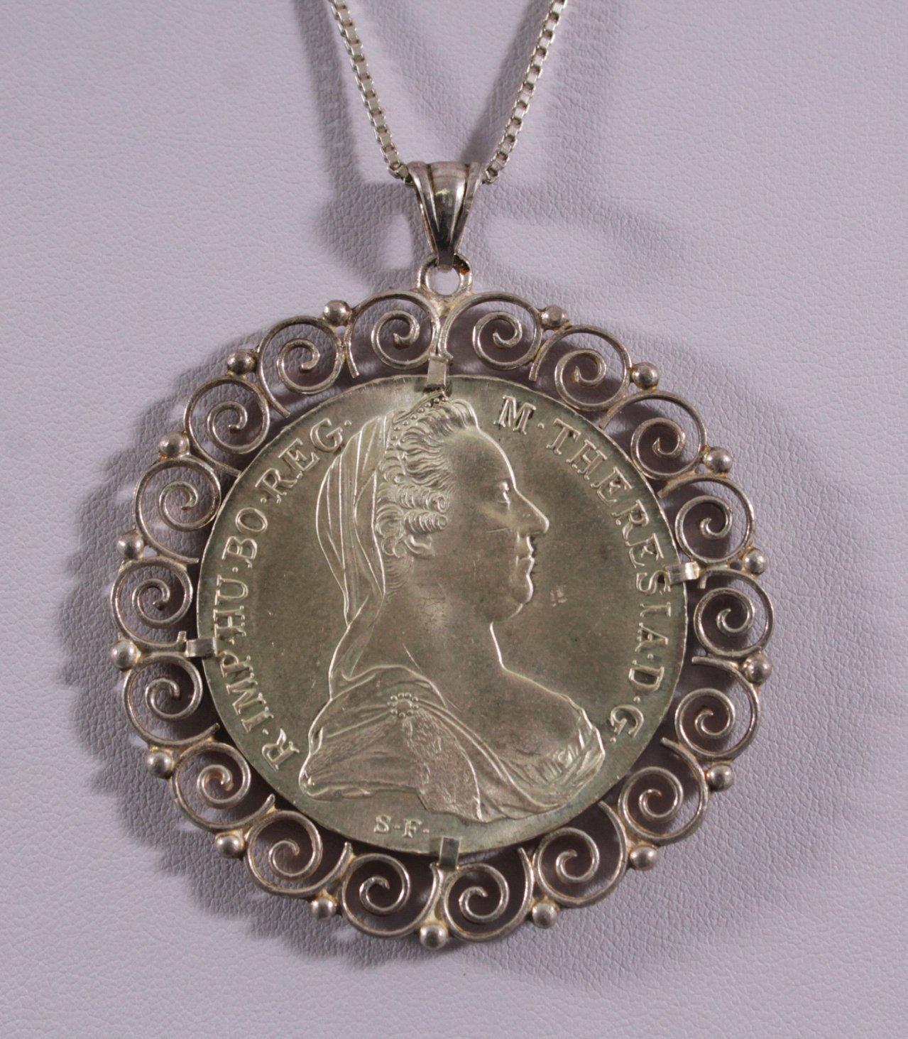 Silberkette mit gefasstem Theresientaler-Anhänger-1