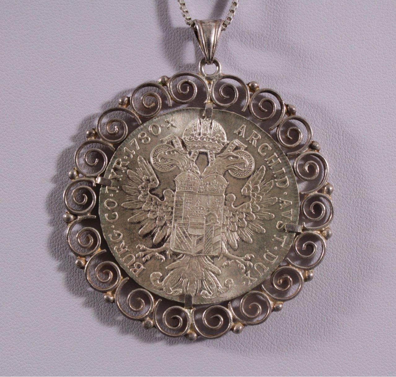 Silberkette mit gefasstem Theresientaler-Anhänger-2