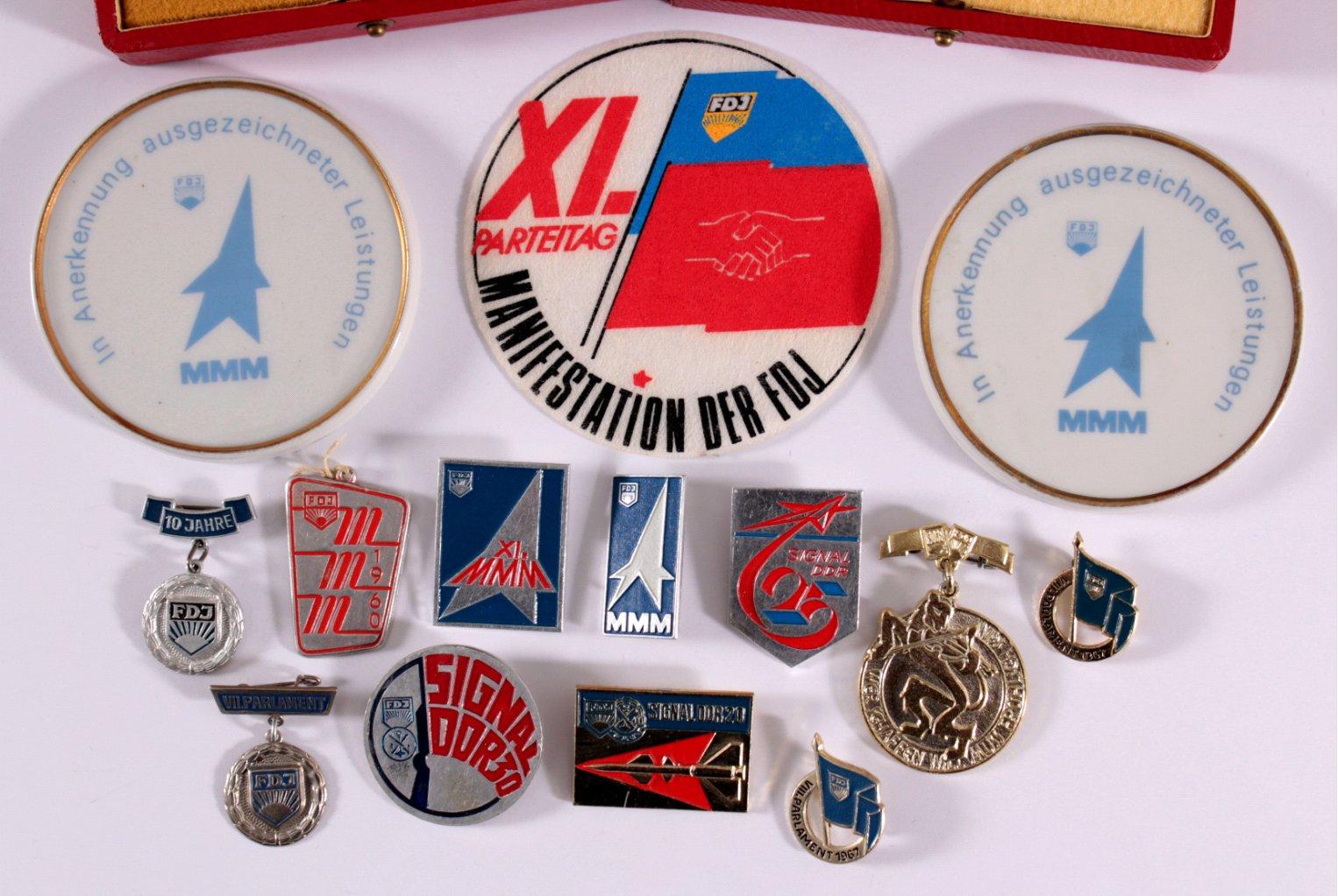 Konvolut Anstecker und Medaillen FDJ-1
