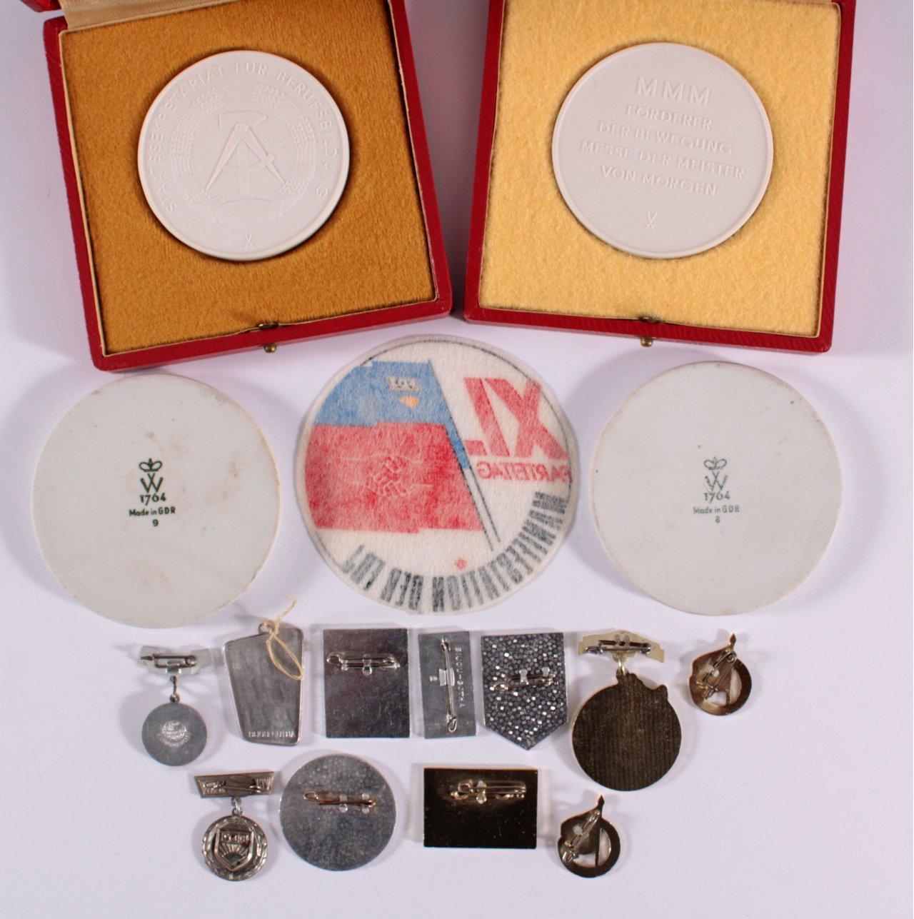 Konvolut Anstecker und Medaillen FDJ-2