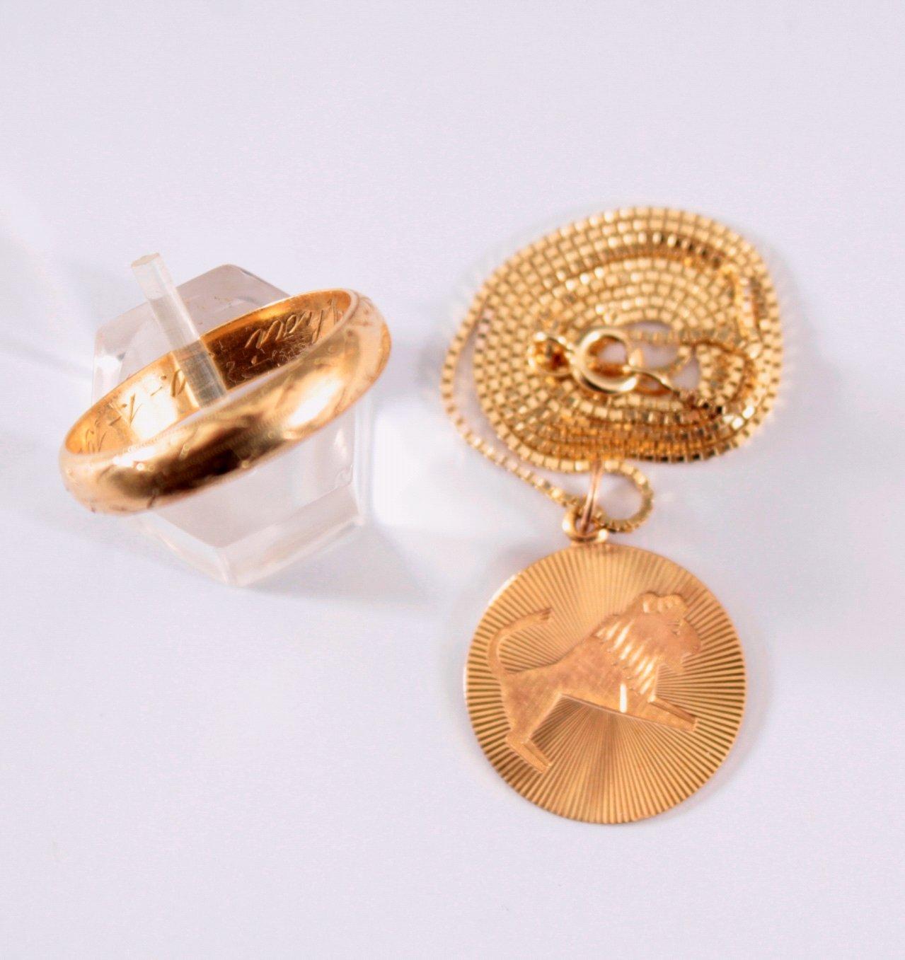 Halskette mit Sternzeichenanhänger und Ehering