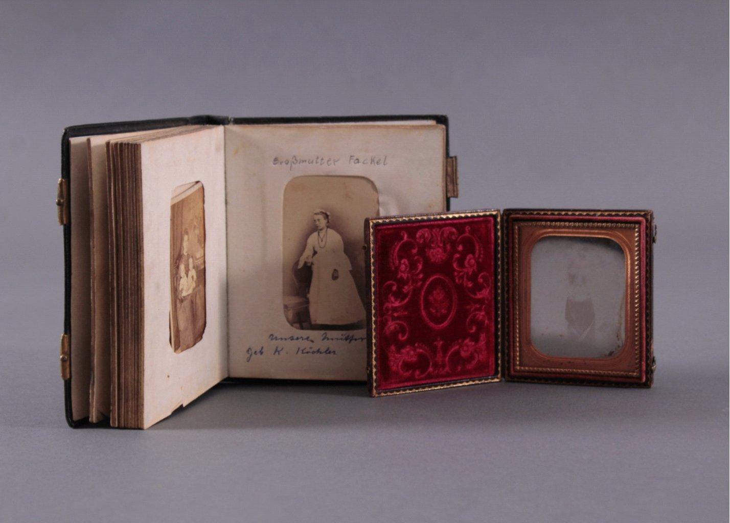 Fotoalbum und Taschen-Fotorahmen um 1900-1